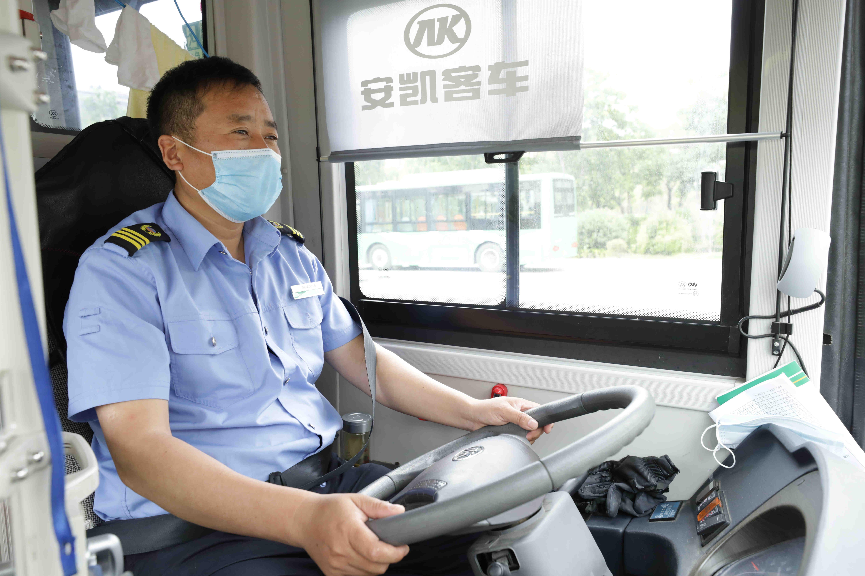 公交司机放下营运,去做了这样 一件事......