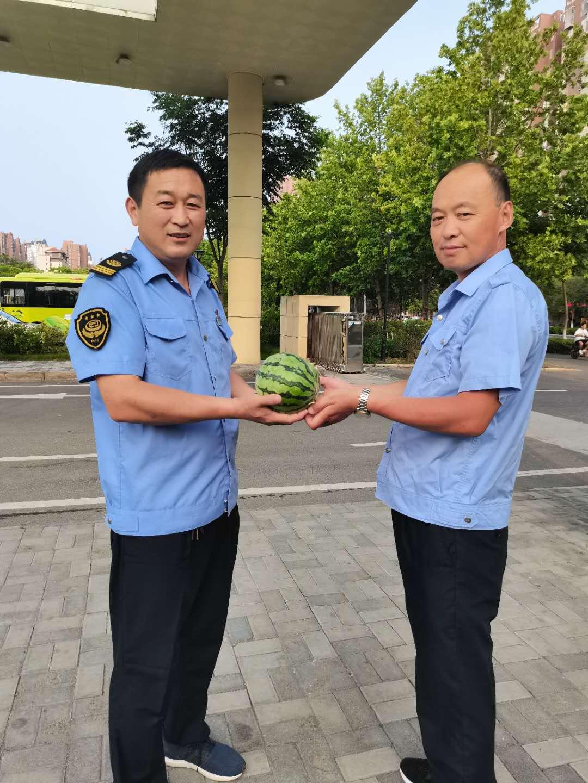 公交駕駛員一口氣買了1500斤西瓜, 原來......